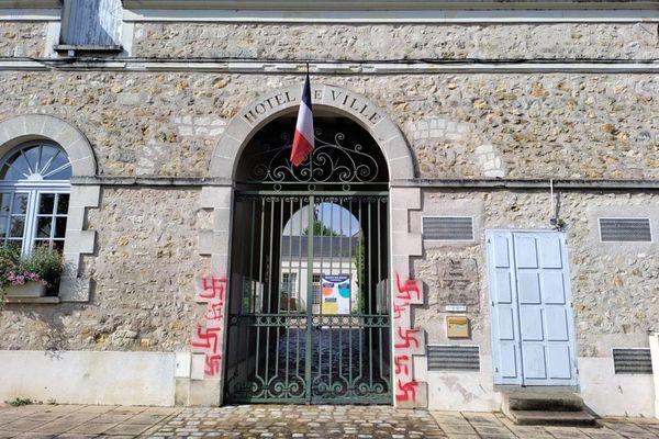Neuf croix gammées ont été taguées à l'encre rouge sur la façade de la mairie d'Azay-le-Rideau (Indre-et-Loire).