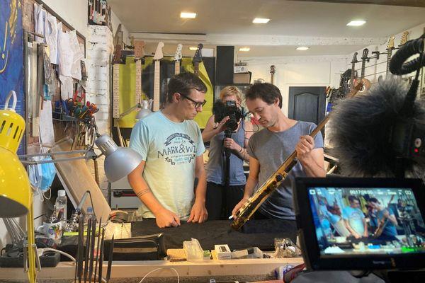 Sylvain Coppin et Mike Baudoncq à Chartres dans son atelier. / © France Télévisions