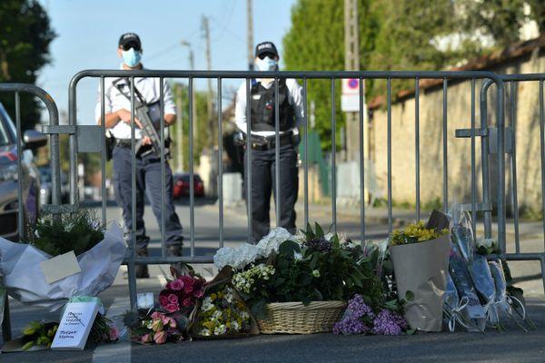 Des fleures déposées à proximité du commissariat de Rambouillet (Yvelines), le 26 avril 2021, après l'attaque ayant visé une fonctionnaire de police.
