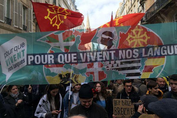 """C'est sous la bannière """"Pour que vivent nos langues"""", du nom du collectif à l'origine de la manifestation, que les défenseurs des langues avaient défilé à Paris en novembre dernier."""