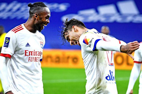 Groupama Stadium. La joie de Tino Kadewere et de Lucas Paqueta, tous deux buteurs lors de la 17ème journée de Ligue 1. L'OL a battu le FC Nantes 3 buts à 0, et a pris la tête du championnat ce 23 décembre 2020.