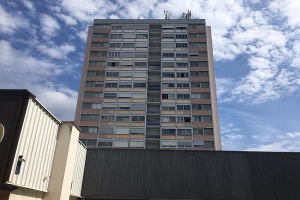 Les pompiers du Haut-Rhin sont intervenus ce jeudi 3 juin peu avant 20 heures pour tenter de ranimer une femme défenestrée du 8e étage de son immeuble, en vain.