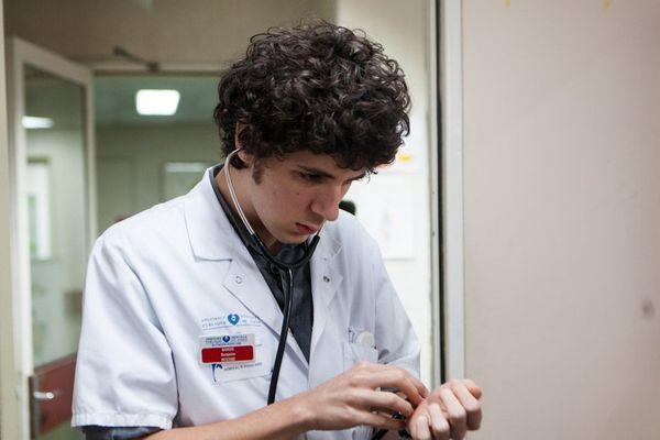 Vincent Lacoste dans le film Hippocrate.