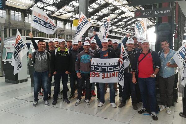De Nice, Toulon ou Marseille, plus de 800 policiers de Paca sont partis mercredi 2 octobre pour manifester leur colère, à Paris.