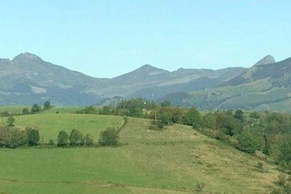 """Sur cette ligne de crêtes, on peut reconnaître le Puy Griou, la Brèche de Roland, le Puy Mary et bientôt peut-être des éoliennes. Un véritable saccage paysager pour l'association """"Vent des Crêtes"""" qui se bat contre ce projet."""