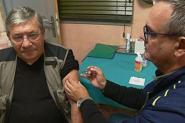 Une petite piqûre pour prévenir ou minimiser la grippe et ses conséquences, ici dans une pharmacie de Palau del Vidre (P.O).
