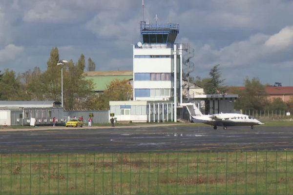 4 patients atteints du coronavirus Covid-19 ont été transférés de Saint-Etienne à bord d'un avion médicalisé vers Bordeaux, lundi 26 octobre.
