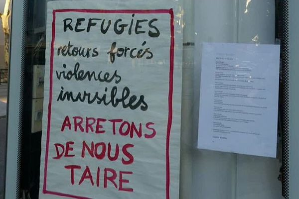 Montpellier - les panneaux publicitaires remplacés par des affiches associatives pro-migrants - archives
