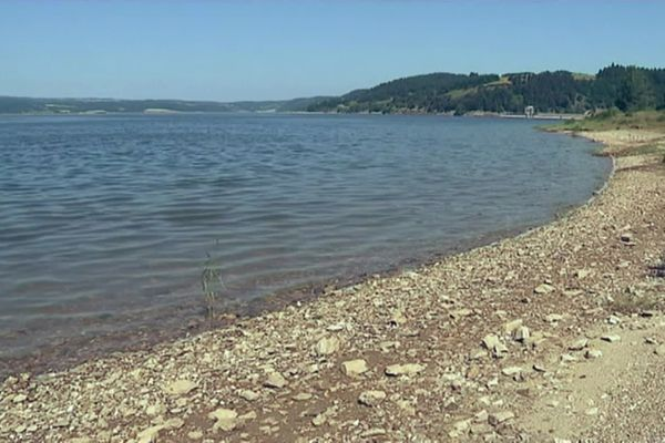 Le lac de Naussac à Langogne, en Lozère, sert surtout de maintien d'étiage pour les centrales nucléaires de la Loire, en amont.