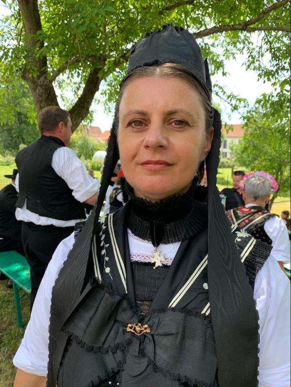 Estelle porte l'habit des femmes protestantes mariées allant à l'église