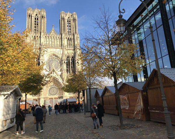 Les chalets ont été installés cette semaine sur le parvis de la cathédrale de Reims.