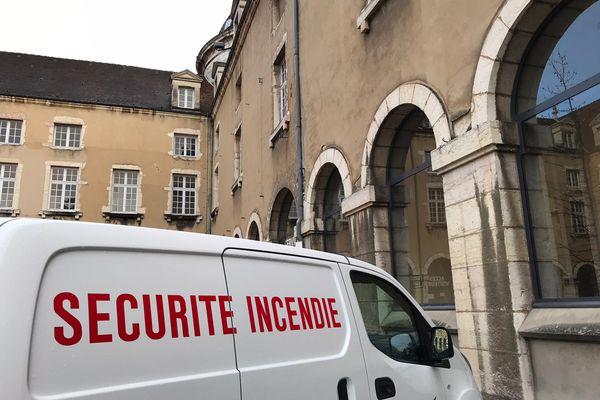 Un incendie d'origine électrique a touché l'Hôtel-Dieu de Bourg-en-Bresse (Ain), dimanche 14 mars: quelques personnels ont été pris en charge par les pompiers. Le musée attenant a été protégé par les sapeurs-pompiers, qui se sont préparés à devoir sauver les œuvres.