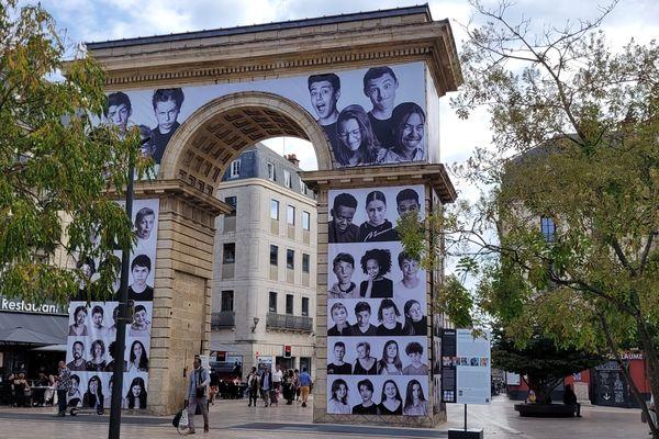 La fresque est présente depuis le lundi 30 août sur la Porte Guillaume.