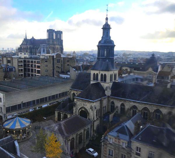 Vue sur l'église Saint-Jacques et la cathédrale de Reims depuis la grande roue.