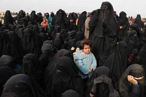Une enfant au milieu des femmes de Djihadistes rassemblés dans le désert par les Kurdes. L'affiche du Prix Bayeux 2020
