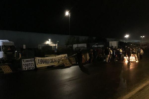 Une cinquantaine de personnes bloquent la sortie des camions ce 2 janvier 2020