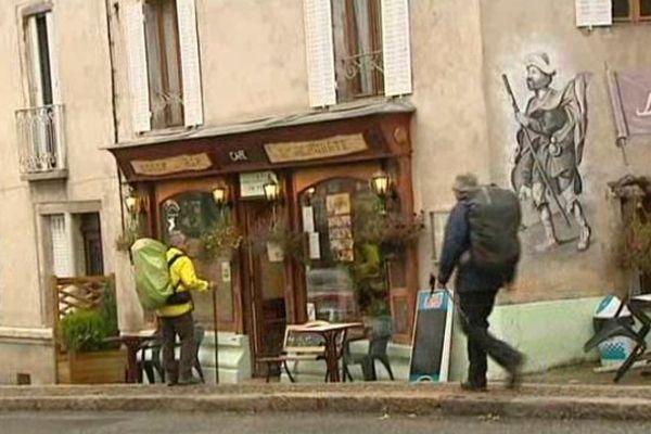 Contrairement à beaucoup d'autres petites communes, Saint-Privat d'Allier en Haute-Loire a maintenu ses commerces. Le passage chaque année de plus de 20 000 marcheurs y est forcément pour quelque chose...