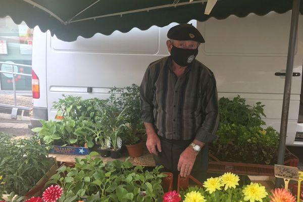 Jean-Pierre, horticulteur, est présent sur le marché de Maringues depuis 20 ans.