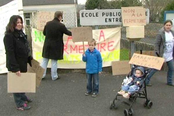 La mobilisation des parents d'élèves devant l'école de Lussac-les-Châteaux (86)