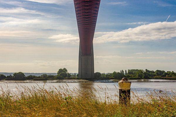 Nuages et éclaircies ce lundi vers le pont de Tancarville, dont le tablier est situé 50 mètres au-dessus du niveau de la Seine...