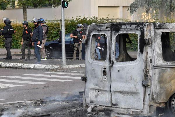 Gendarmes, policiers, CRS et forces du Raid ont été déployées dans le quartier des Grésilles, à Dijon, lundi 15 juin 2020, où se sont déroulés des affrontements violents.
