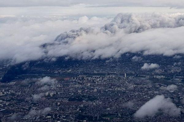 Incendie Lubrizol à Rouen : le nuage toxique de 22 km de long et 6 km de large vue d'un avion