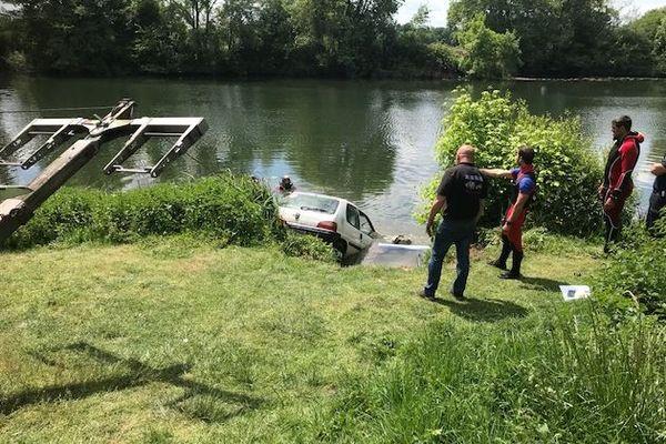 Le conducteur a plongé dans la rivière après avoir fait un tonneau