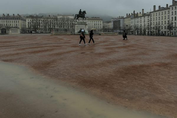 Météo maussade ce lundi 10 MAI 2021 et vigilance orange aux pluies et inondations sur 5 départements d'Auvergne Rhône-Alpes .... (image archives place Bellecour - Lyon)