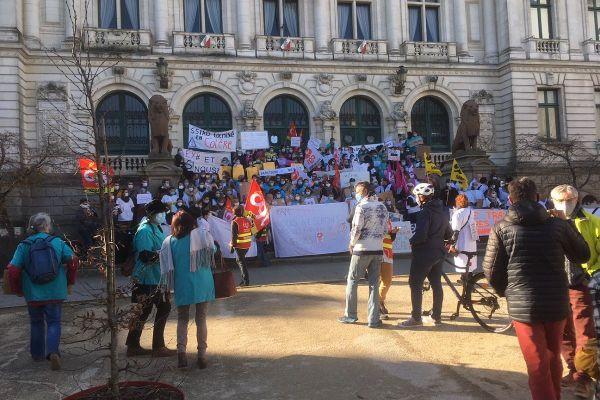 """300 """"oubliés"""" du Ségur de la santé sur les marches de la mairie à Vannes."""