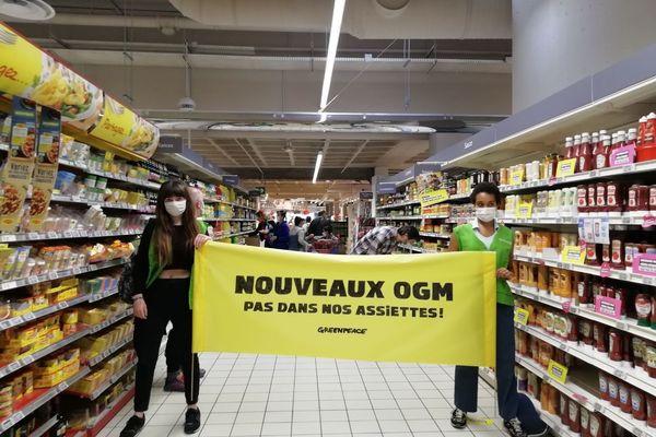 """À Lyon, les militants de Greenpeace ont déployé une banderole portant les messages """"Nouveaux OGM / Pas dans nos assiettes"""" dans un supermarché à la Part-Dieu, collé des autocollants """"Demain, des OGM dans nos assiettes ?"""" sur les étalages"""