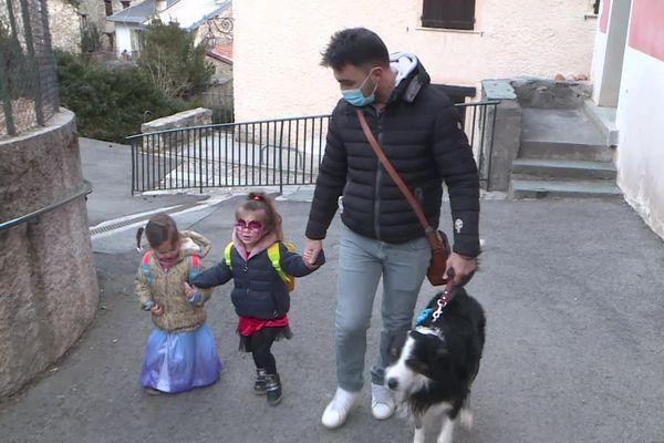 Mathieu, le papa, emmène ses deux filles à l'école de La Brigue (Alpes-Maritimes) pour une journée carnaval.