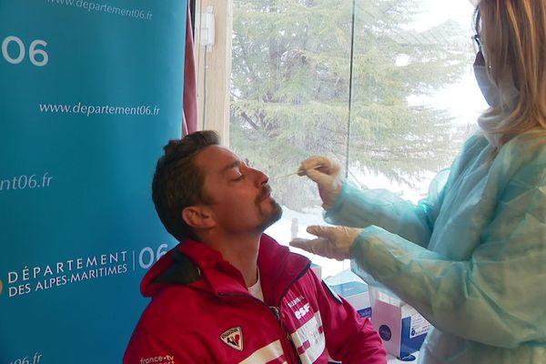 Le personnel saisonnier, les moniteurs de ski, les restaurateurs acceptent de passer un test antigénique dans des centres dédiés.