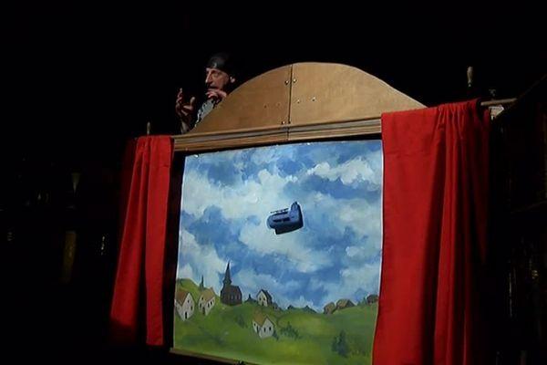 """Les enfants de l'école du village découvrent la pièce  """"le baron bleu"""". L'histoire d'un adolescent qui fabrique un avion pour voir les oiseaux. Il va s'apercevoir qu'il y a la guerre et remplace alors les bombes par des livres."""