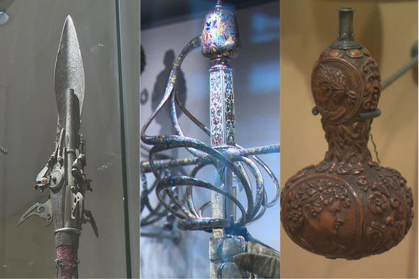 Trois pièces de la collection Pierrefonds exposées au musée de l'Armée à Paris (à gauche : un épieu à système de Nicolas de Lorraine ; au centre : une rapière décorée conçue par l'orfèvre Gasparo Mola ; à droite : poire à poudre sculptée).