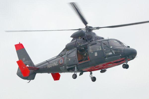 """Les deux adultes et l'enfant ont été hélitreuillé à bord d'un hélicoptère """"Dauphin"""" de la Marine Nationale. Photo d'illustration."""