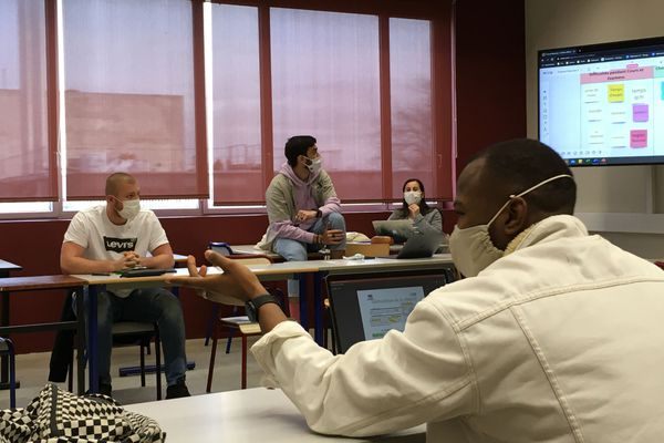 Nicolas (en T-shirt blanc Levi's) assis juste à côté de son tuteur, Swan. Tous deux participent à la recherche des difficultés rencontrées par les élèves.
