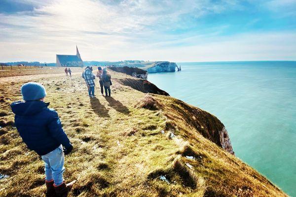 Sur les falaises d'Etretat, un des symboles d'une Normandie qui attire par la beauté de son littoral.