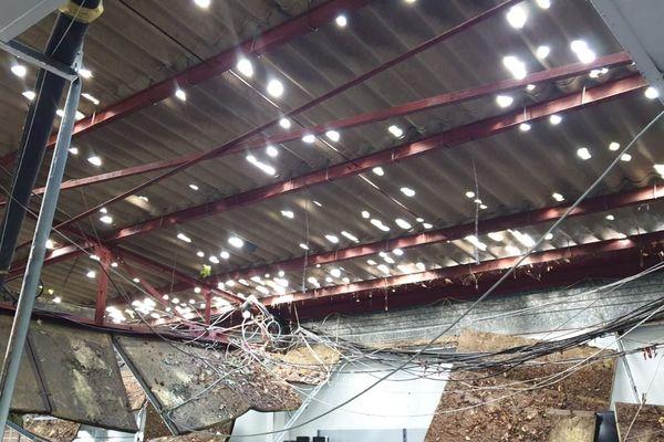 Drôme : le déluge de grêle qui s'est abattu samedi sur Romans-sur-Isère a dévasté le commerce d'Eric. Les 500 M2 de son magasin sont aujourd'hui inexploitables.