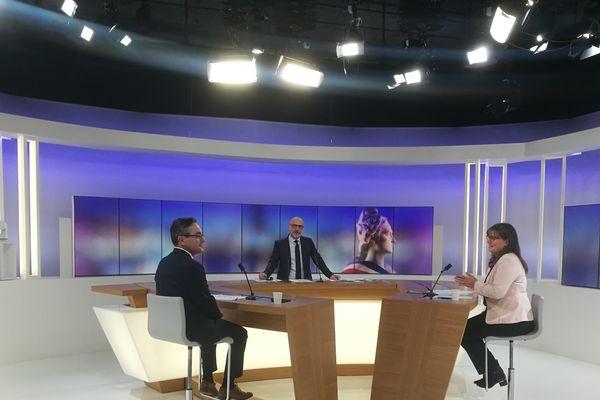 Les deux candidats restants ont débattu pendant 40 minutes avec le journaliste Arnauld Salvini.