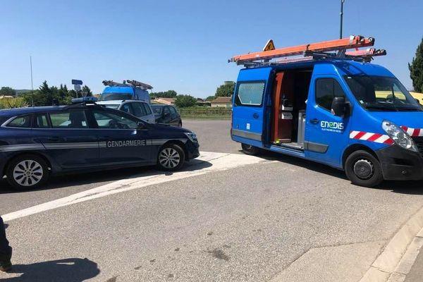 03/06/2021. Périmètre de sécurité mis en place alors qu'un individu est retranché dans un commerce qu'il menace de faire exploser à Sénas (Bouches-du-Rhône)