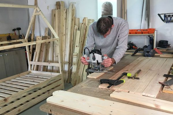 Ludovic Panier dispose d'un bois de bonne qualité grâce à son mode d'approvisionnement écologique : il récupère des palettes.
