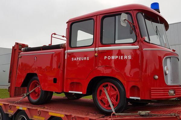 """Ce véhicule est un fourgon Drouville """"pompe tonne léger sur châssis Renault"""" datant de 1965."""