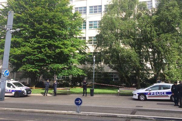 Les forces de police ont mis en place un périmètre de sécurité devant la mairie de Brest