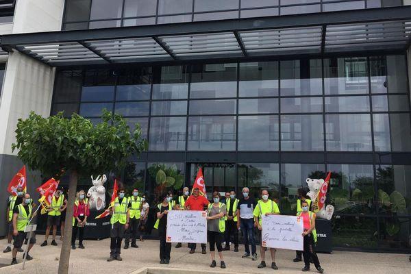 Manifestation devant la société Orchestra-Prémaman à Saint Aunes, près de Montpellier. Les salariés ont débrayé pendant une heure contre la proposition de reprise de Pierre Mestre, le fondateur de l'entreprise.