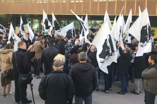 Les militants de Corsica Libera devant l'Alb'Oru à Bastia samedi 10 février.