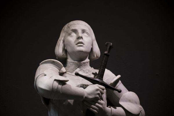 Une statue de Jeanne d'Arc tenant une épée dans un musée de Rouen : elle n'est pas en vente, mais des armes du film Jeanne d'Arc, si.