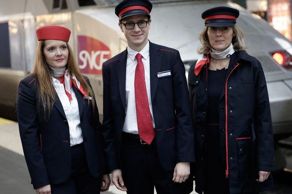Les nouvelles tenues dévoilées par la SNCF jeudi équiperont tous les agents en contact avec la clientèle, qu'ils soient dans les trains, sur les quais, ou derrière les guichets de vente.