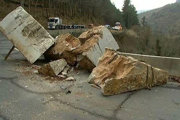RN.106 - Balsièges (Lozère) : le chargement de pierres tombé d'un camion bloque la circulation  - 21 janvier 2015.