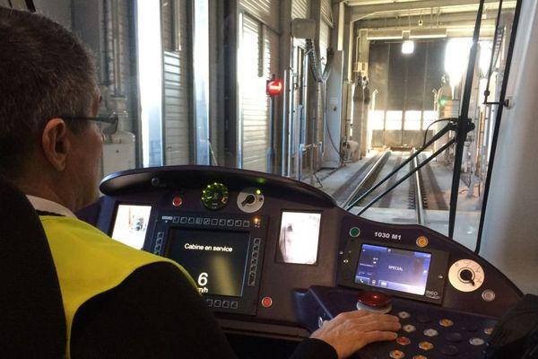 Un conducteur de tramway au centre de maintenance Divia à Dijon
