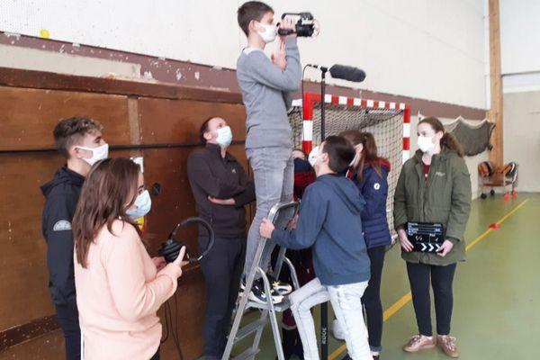 """Les élèves de 3e du collège de Chaulnes en Picardie tournent leur vidéo """"Ça tombe à pic"""" dans le cadre du projet """"Je filme le métier qui me plait""""  2021"""